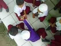 Barnlek som spelar kort arkivfoto