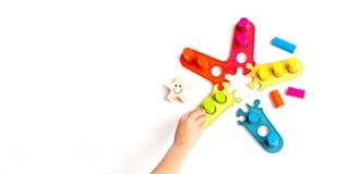 Barnlekar en lek med kulöra träkvarter sorterare Utvecklingen av formatet, färg royaltyfri fotografi