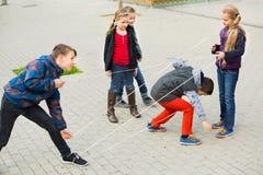 Barnlekar Flickan går till och med det tilltrasslade repet Royaltyfria Foton