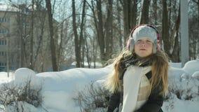 Barnlekar i vintern parkerar arkivfilmer