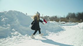 Barnlekar i vintern parkerar stock video