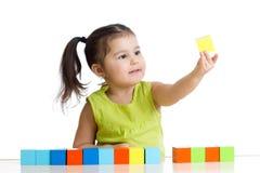 Barnlekar med byggnadskvarter och att lära av färger Royaltyfri Foto