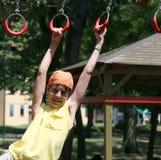 Barnlekar med cirklar av den utomhus- lekplatsen Royaltyfria Bilder