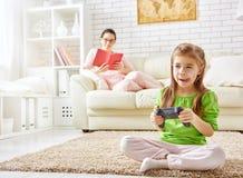 barnlekar som leker videoen Royaltyfri Fotografi