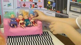 Barnlekarna i dagis inomhus stock video
