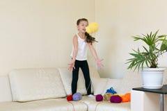 Barnlekarna med bollarna av rullar av tråden royaltyfri fotografi