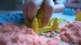 Barnlekarna med en klibbig sand hemmastadd HD lager videofilmer