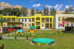 Barnlekplats i lekskolagård Royaltyfri Bild