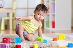 Barnlitet barn som hemma spelar träleksaker Royaltyfri Foto