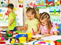 Barnmålning på staffli Arkivbilder