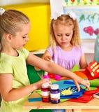 Barnmålning på staffli Fotografering för Bildbyråer
