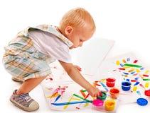 Barnmålning vid fingermålarfärg. Royaltyfri Fotografi