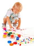 Barnmålning vid fingermålarfärg. Arkivfoto