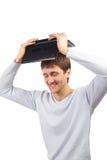 Barnmaninnehav en bärbar dator ovanför huvudet Royaltyfria Bilder