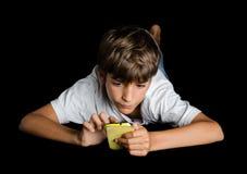 Barnmaskinskrivning på mobiltelefonen Royaltyfri Fotografi