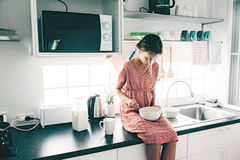 Barnmatlagning i köket Royaltyfri Foto