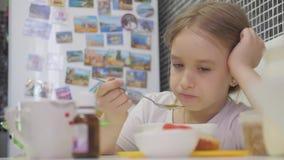 barnmatställen som äter flickan, har home little soup Lilla flickan har en matställe stock video