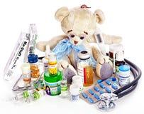 Barnmedicin och nallebjörn. Royaltyfria Foton