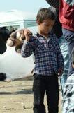 Barnmigranter med leksaken Arkivbild