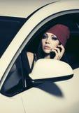 Barnmodekvinna som kallar på mobiltelefonen som kör en bil Royaltyfri Foto