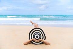 Barnmodekvinnan kopplar av på stranden Lycklig ölivsstil arkivfoton