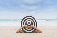 Barnmodekvinnan kopplar av på stranden Lycklig ölivsstil Vit sand, blå molnig himmel och kristallhav av den tropiska stranden royaltyfria bilder