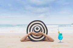 Barnmodekvinnan kopplar av på stranden Lycklig ölivsstil Vit sand, blå molnig himmel och kristallhav av den tropiska stranden royaltyfri bild