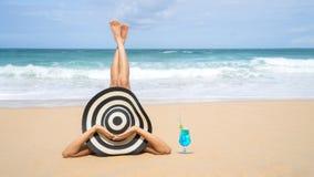 Barnmodekvinnan kopplar av på stranden Lycklig ölivsstil Vit sand, blå molnig himmel och kristallhav av den tropiska stranden arkivfoto