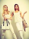Barnmodeller med handväskor Fotografering för Bildbyråer