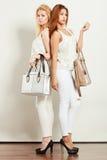 Barnmodeller med handväskor Royaltyfri Foto