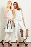Barnmodeller med handväskor Royaltyfria Foton