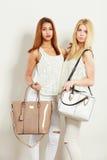 Barnmodeller med handväskor Arkivfoton