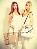 Barnmodeller med handväskor Royaltyfria Bilder