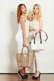 Barnmodeller med handväskor Royaltyfri Bild