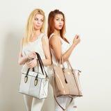 Barnmodeller med handväskor Royaltyfri Fotografi