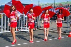 Barnmodeller poserar med paraplyer. Royaltyfri Foto