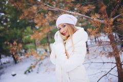 Barnmodellflickan går i vinterskogen Arkivfoto