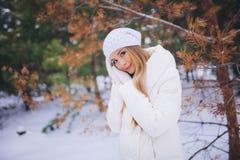 Barnmodellflickan går i vinterskogen Royaltyfri Fotografi
