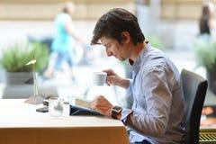 Barnmodeman/hipster som dricker espressokaffe i stadskafét Royaltyfri Fotografi
