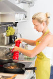 Barnmoder som hemma lagar mat Royaltyfri Bild