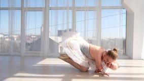 Barnmoder som kelar lite att le dottern i balettstudio arkivfilmer