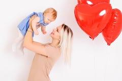 Barnmoder som rymmer den lilla dottern på händer Arkivbilder