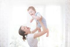 Barnmoder som rymmer hennes nyfödda barn Arkivbilder