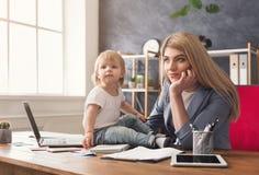 Barnmoderinnehavet behandla som ett barn, medan skriva anmärkningar arkivfoto