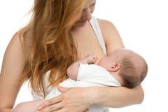 Barnmoderkvinnan som ammar hennes begynnande barn, behandla som ett barn Arkivfoto