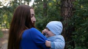 Barnmoderlek med hennes sol i skogen - ultrarapid stock video