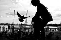 Barnmodern döljer barnet från fågeln royaltyfria foton
