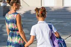 Barnmodern leder hennes dotter till skolan Flickan har ett roligt royaltyfri fotografi