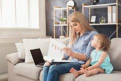 Barnmodern som arbetar och spenderar tid med, behandla som ett barn fotografering för bildbyråer
