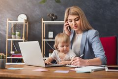 Barnmodern som arbetar och spenderar tid med, behandla som ett barn royaltyfri bild